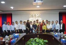 Nguyễn Thị Thu Hà - Phó Hiệu trưởng trường chụp hình lưu niệm với các doanh nghiệp